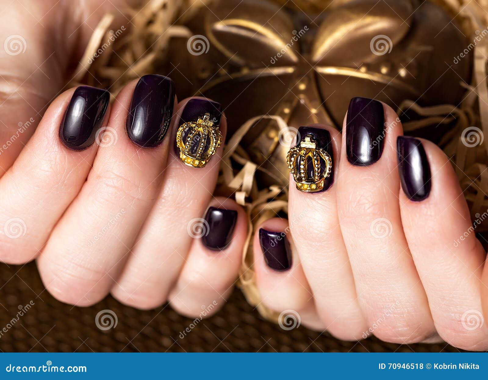 黑女性修指甲钉牢与冠的特写镜头