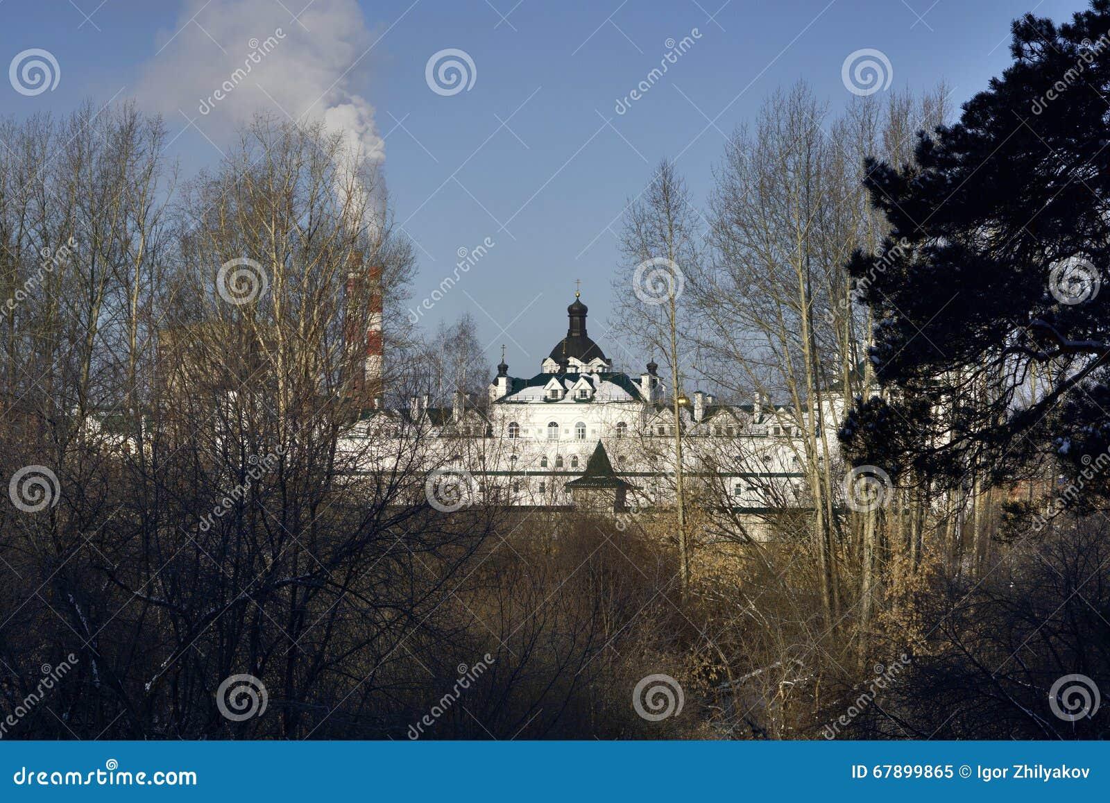 女性修道院的看法通过树