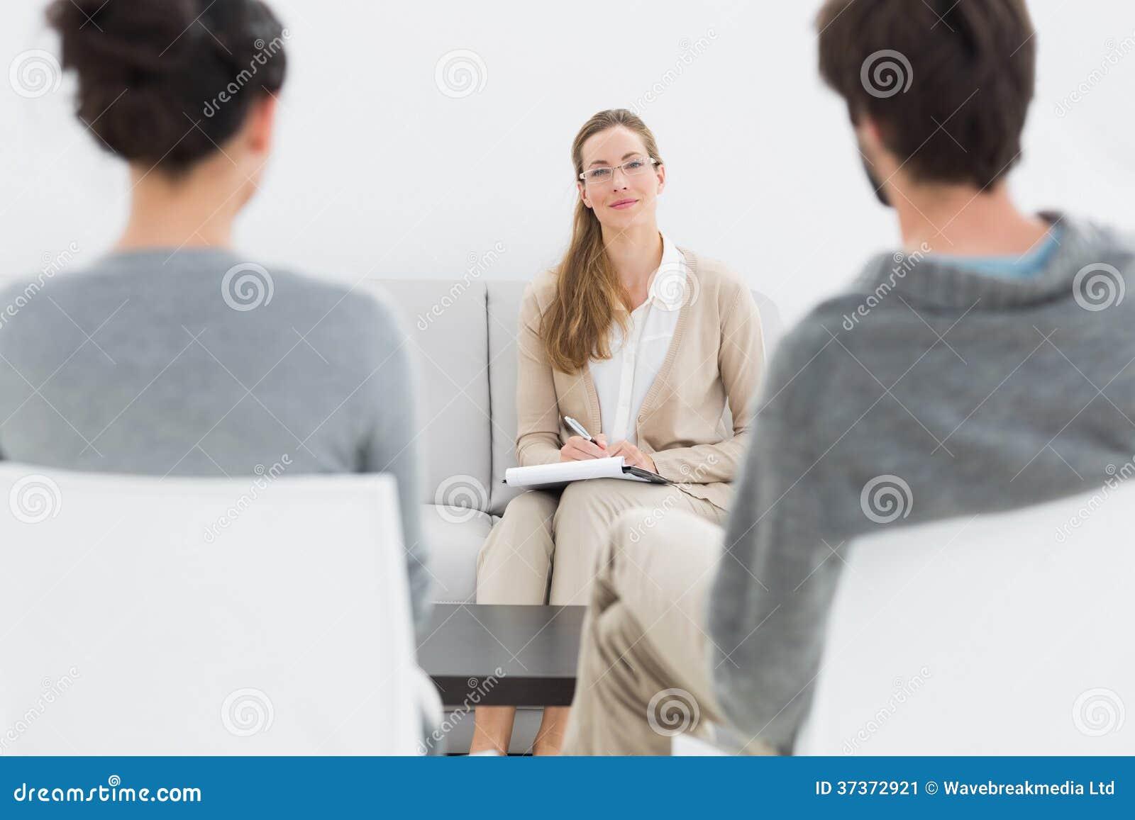 女性关系顾问在与年轻夫妇的会议