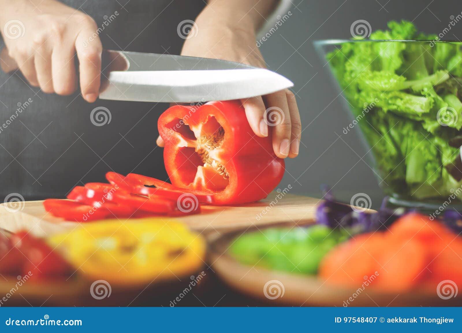 女性切口红色甜椒 烹调素食主义者食物 健康机智