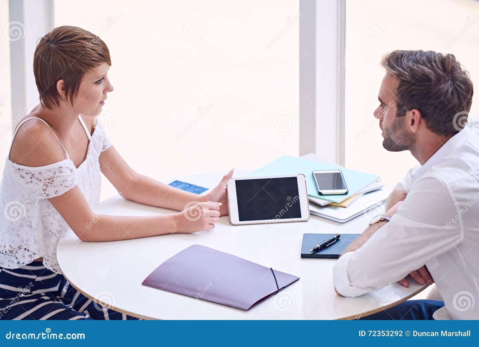 女性创造性的陈列她的关于片剂屏幕的男性伙伴信息