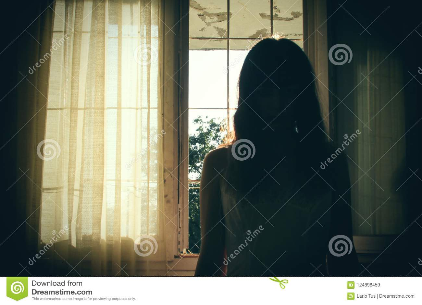 女性剪影恐怖场面