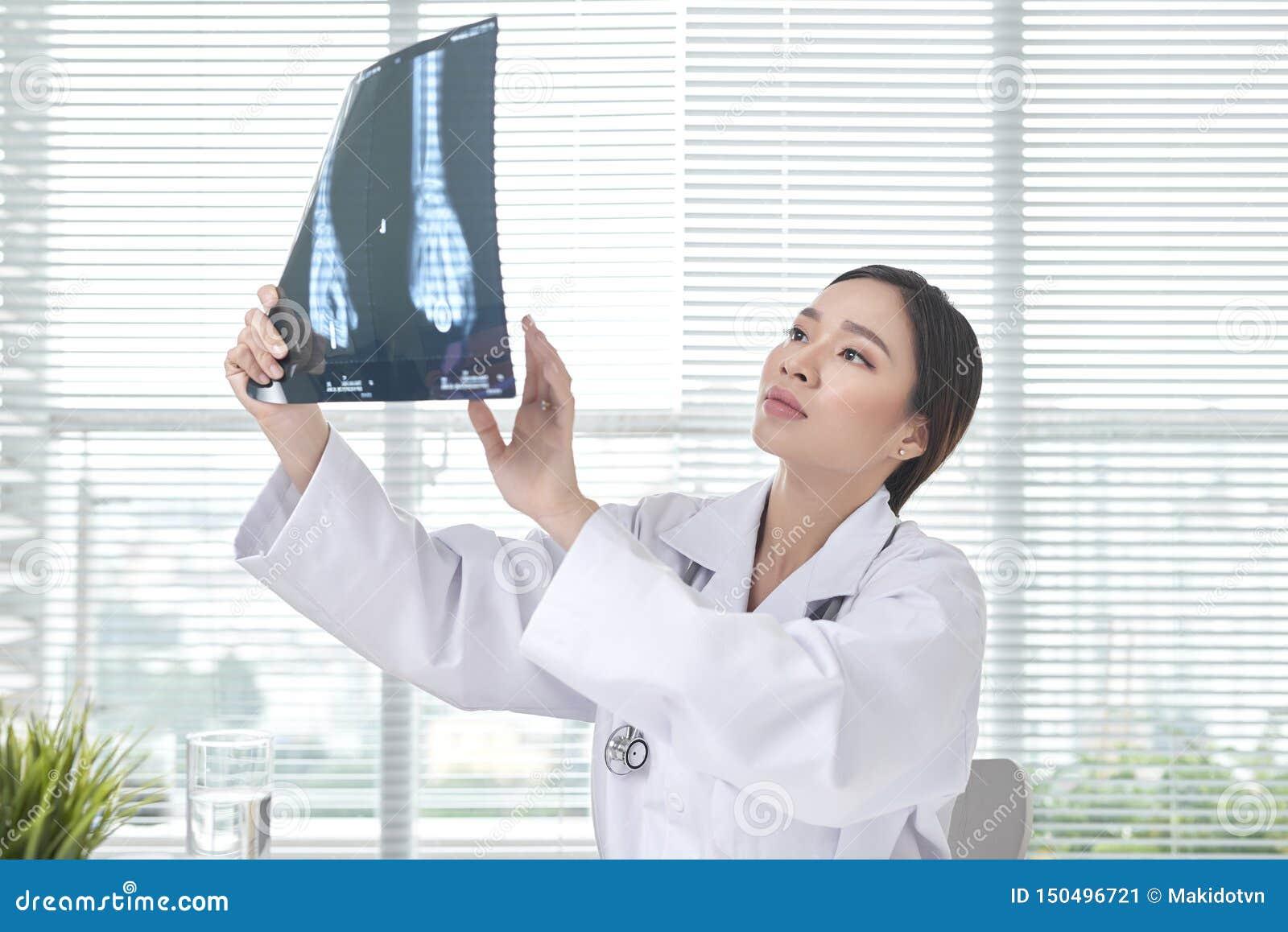 女性医生是被审查的X光片