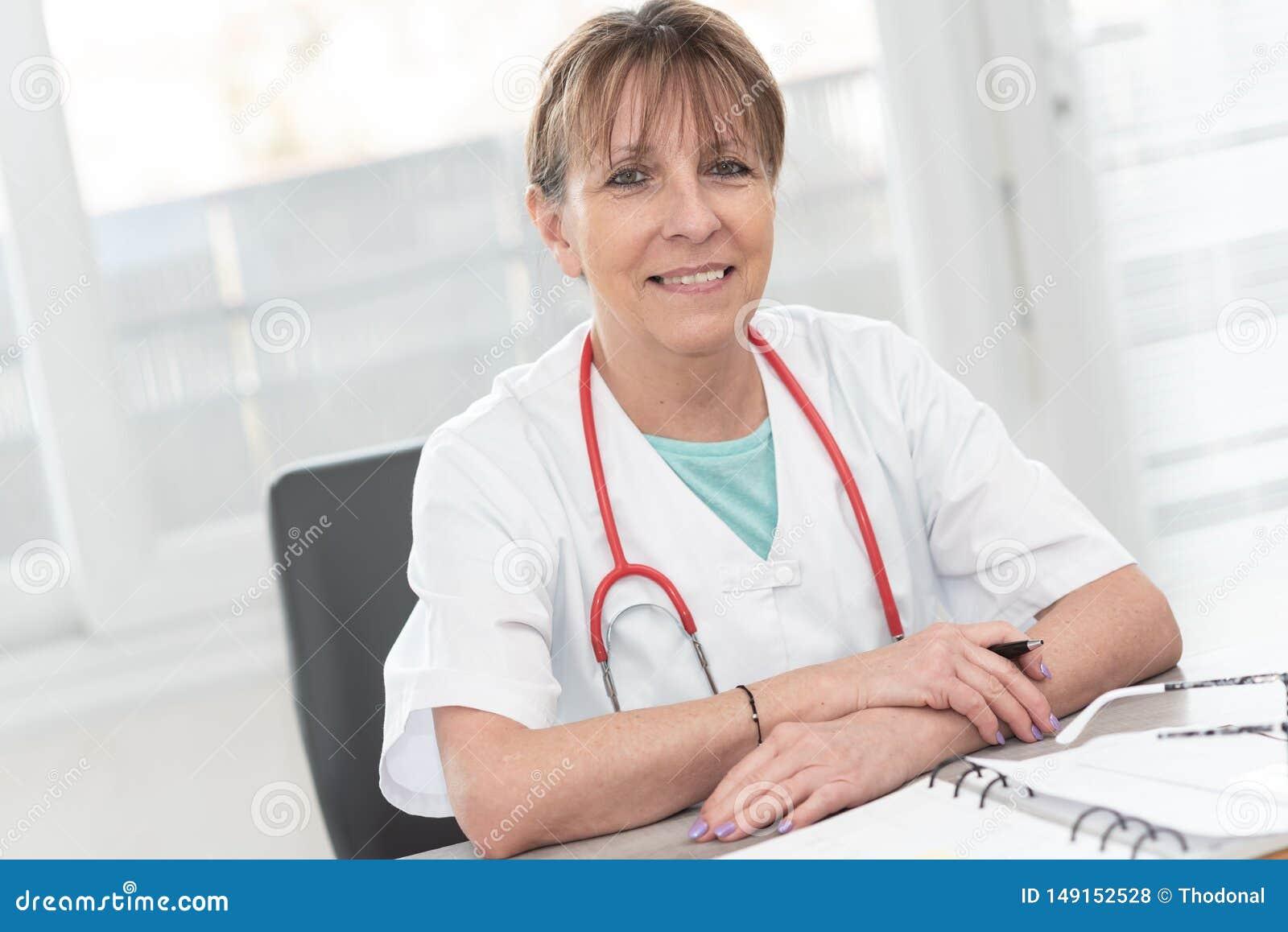 女性医生画象