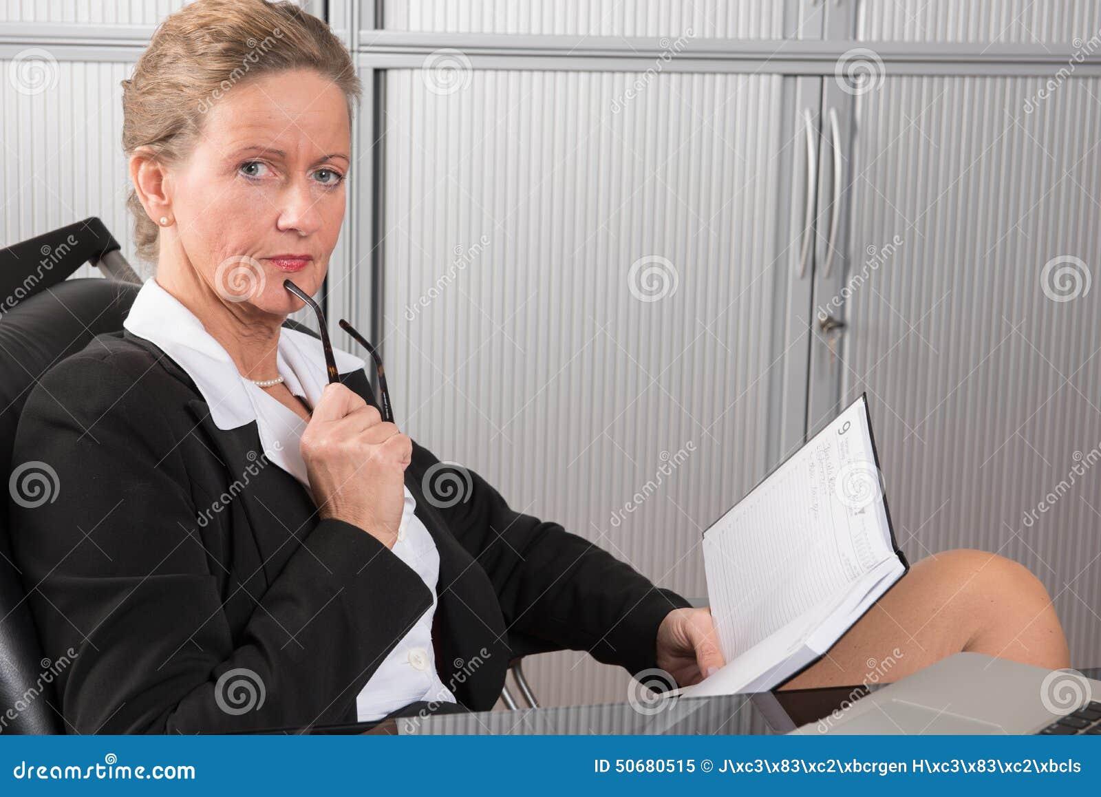 Download 女性厨师在调查日历的办公室 库存图片. 图片 包括有 活动家, 女性, 电子邮件, 蓝色, 查找, 头发 - 50680515