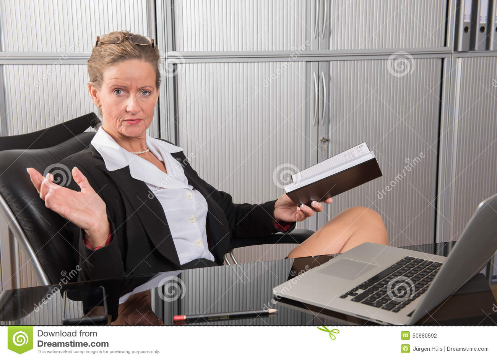 Download 女性厨师在调查日历的办公室 库存照片. 图片 包括有 电子邮件, 日期, beautifuler, 协议 - 50680592