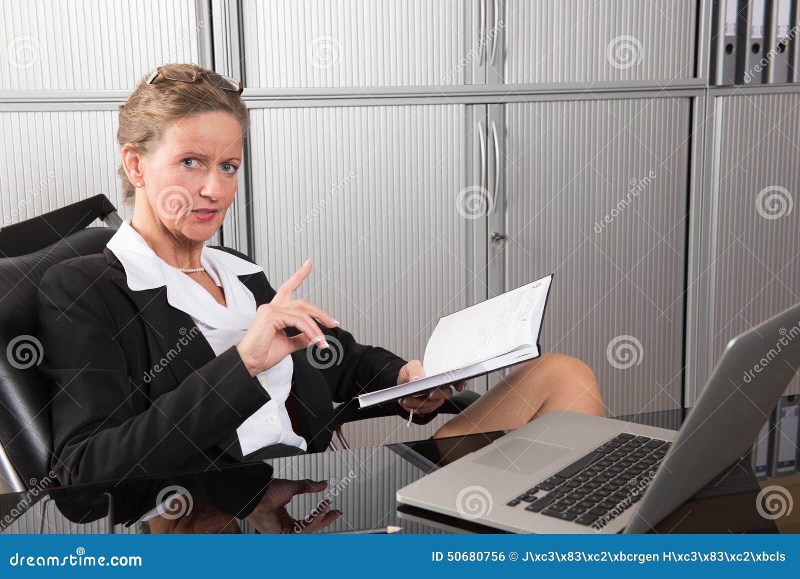 Download 女性厨师在谈论结果的办公室 库存照片. 图片 包括有 控制, 俄国猎狼犬, 有吸引力的, 日期, 眼睛, 协议 - 50680756