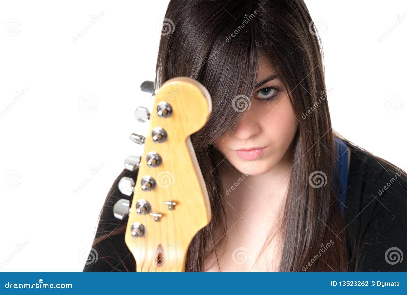 女性吉他查出的年轻人