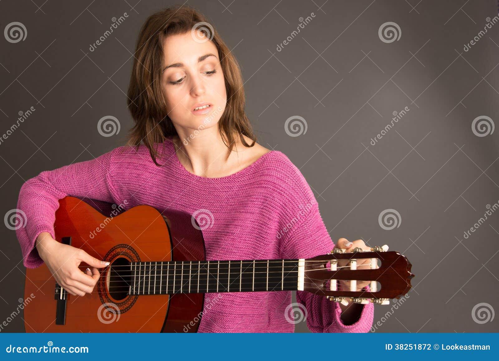 女性吉他弹奏者调整的吉他