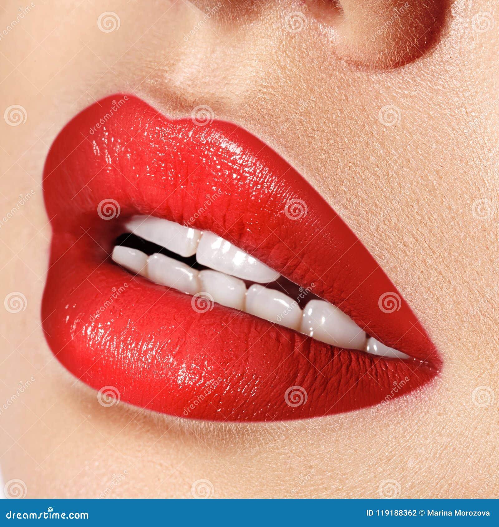 女性嘴特写镜头宏观射击  性感的与淫荡姿态的魅力红色嘴唇构成 红色光泽唇膏