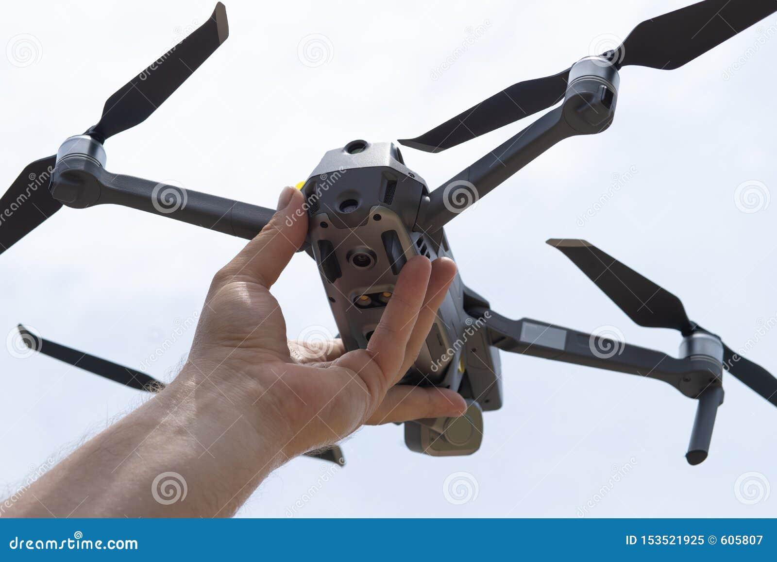 女性手发射飞行的寄生虫,您能采取照片和录影摄制,特写镜头