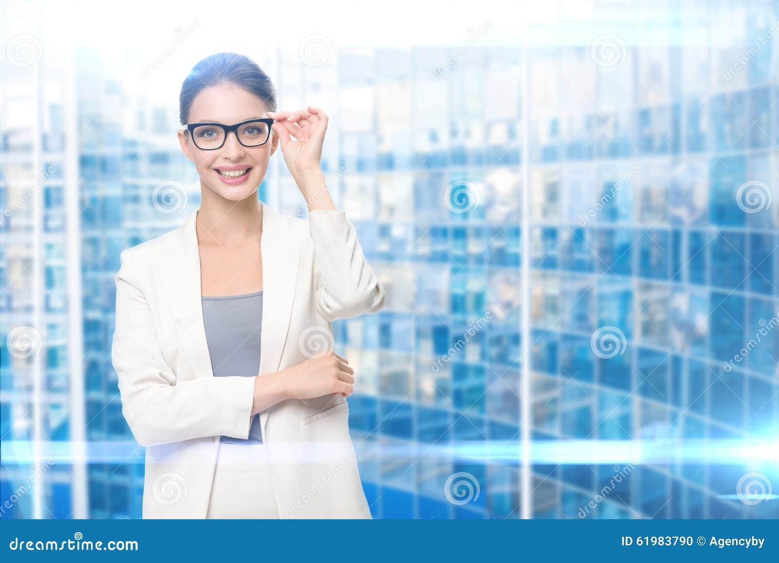 女性执行委员画象在玻璃的