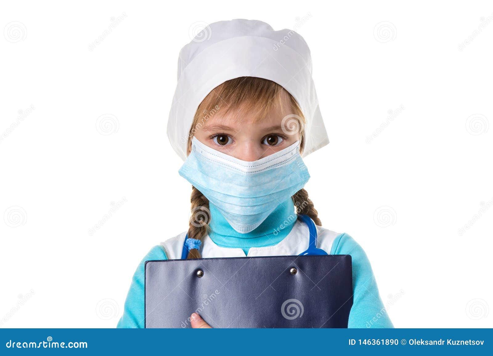 女性护士佩带的面具,拿着看直接照相机的笔记本,隔绝在白色背景