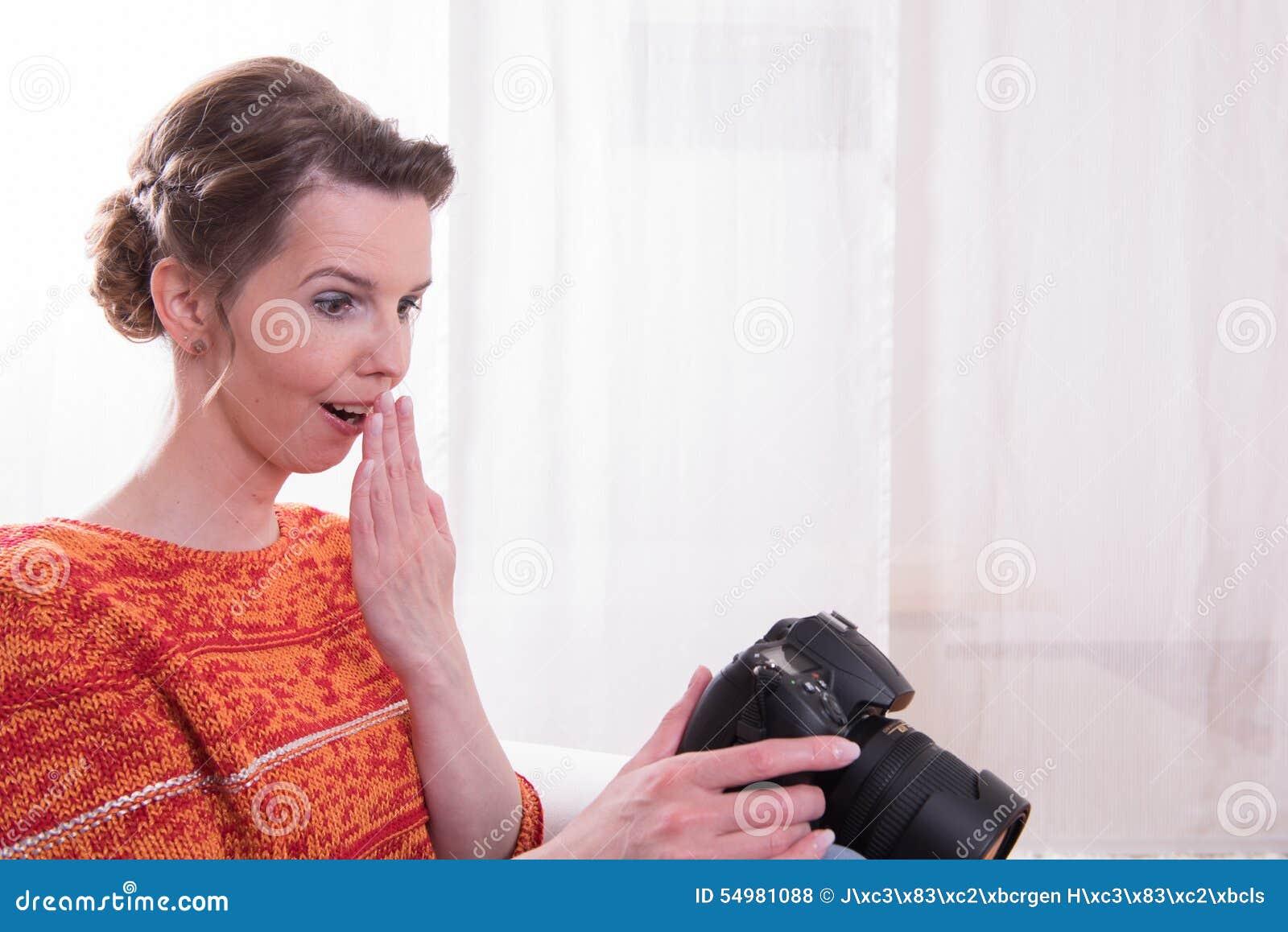 女性摄影师发笑的生存