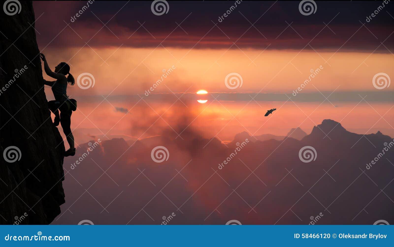 女性攀岩运动员和山日落