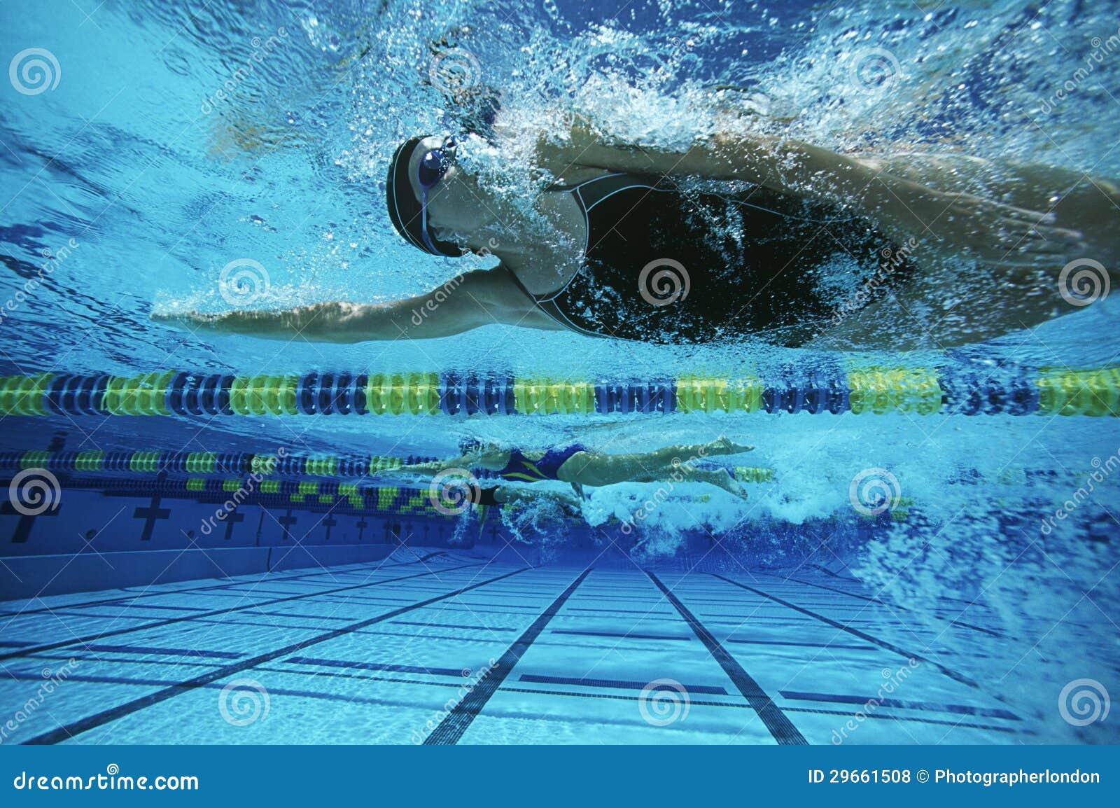 女性游泳者游泳