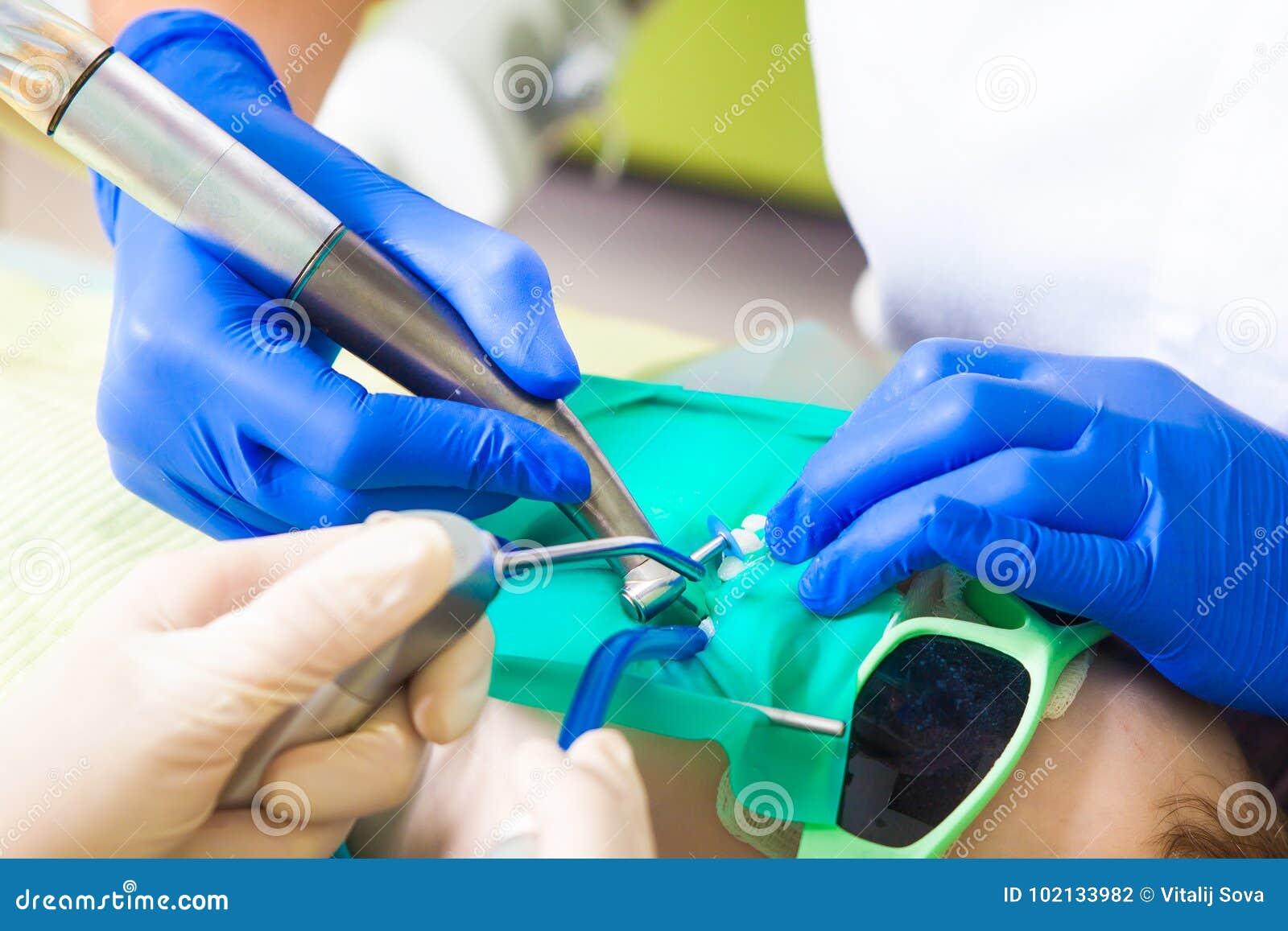 女性牙医款待牙