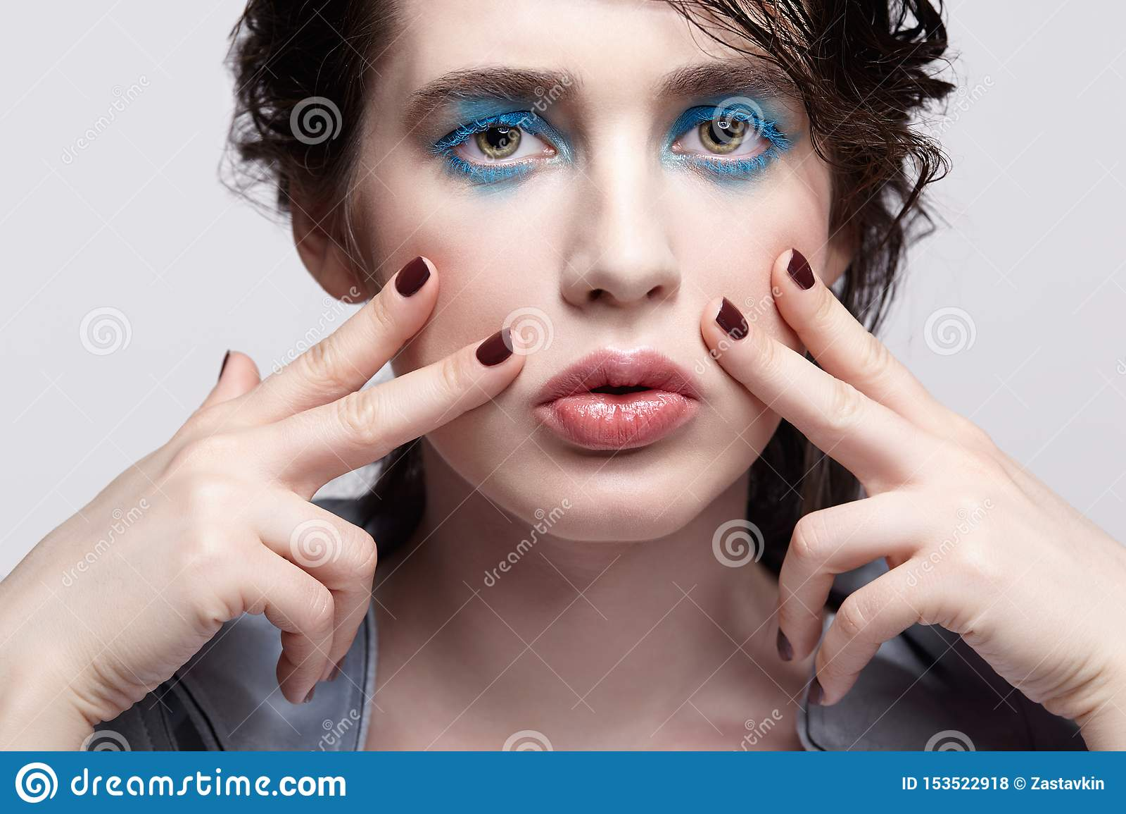 女性画象  有异常的秀丽构成和湿头发的妇女和蓝色阴影构成