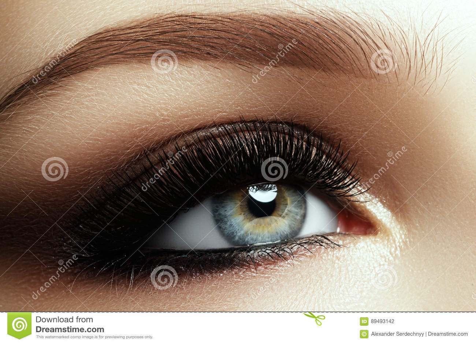 女性眼睛美丽的宏观射击与极端长的睫毛的