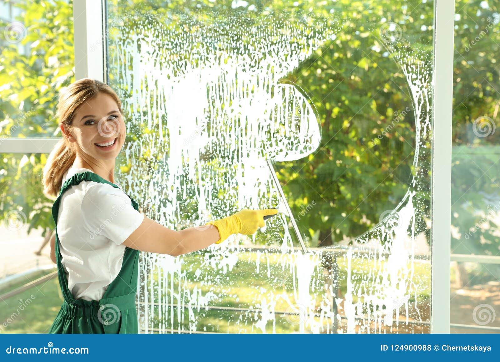 女性管理员清洁窗口