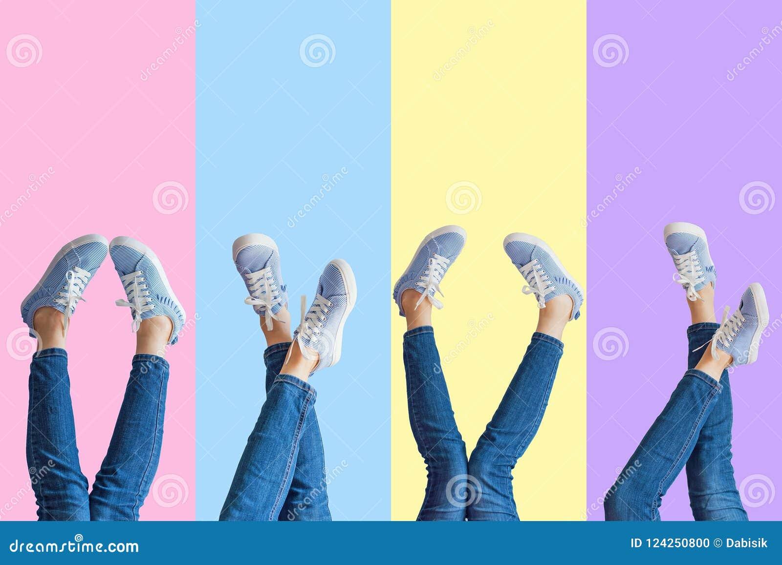 女性腿拼贴画在牛仔裤和运动鞋的在色的背景