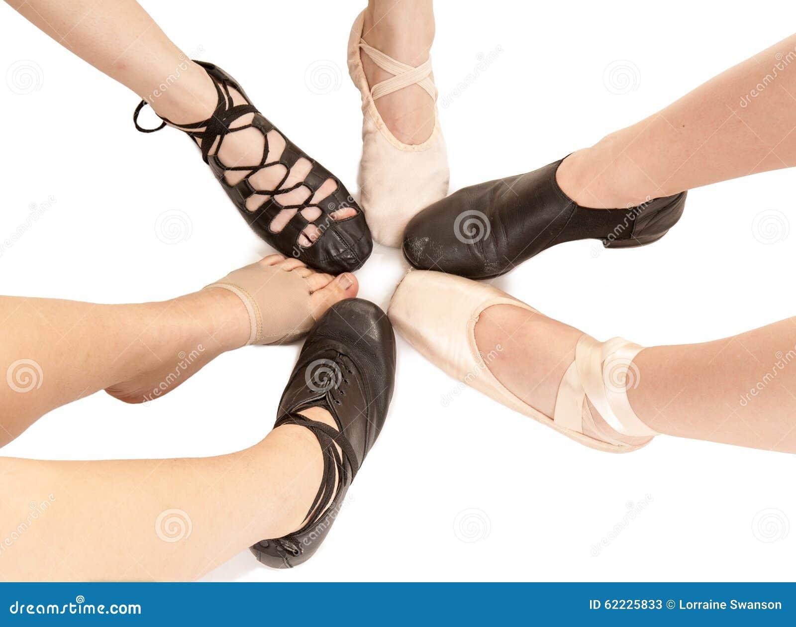 女性舞蹈脚用不同的鞋子