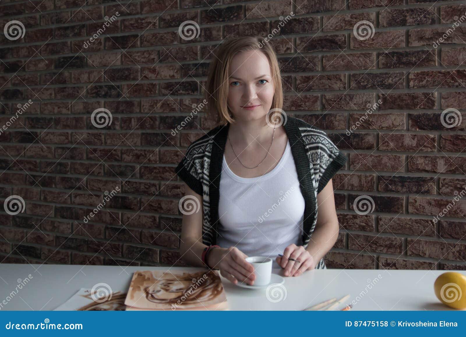 女性艺术家在屋子里画