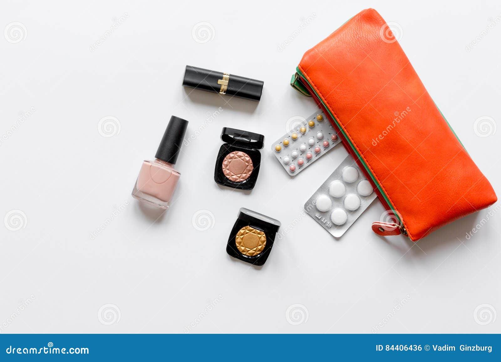 女性避孕和医疗保健的概念在白色背景