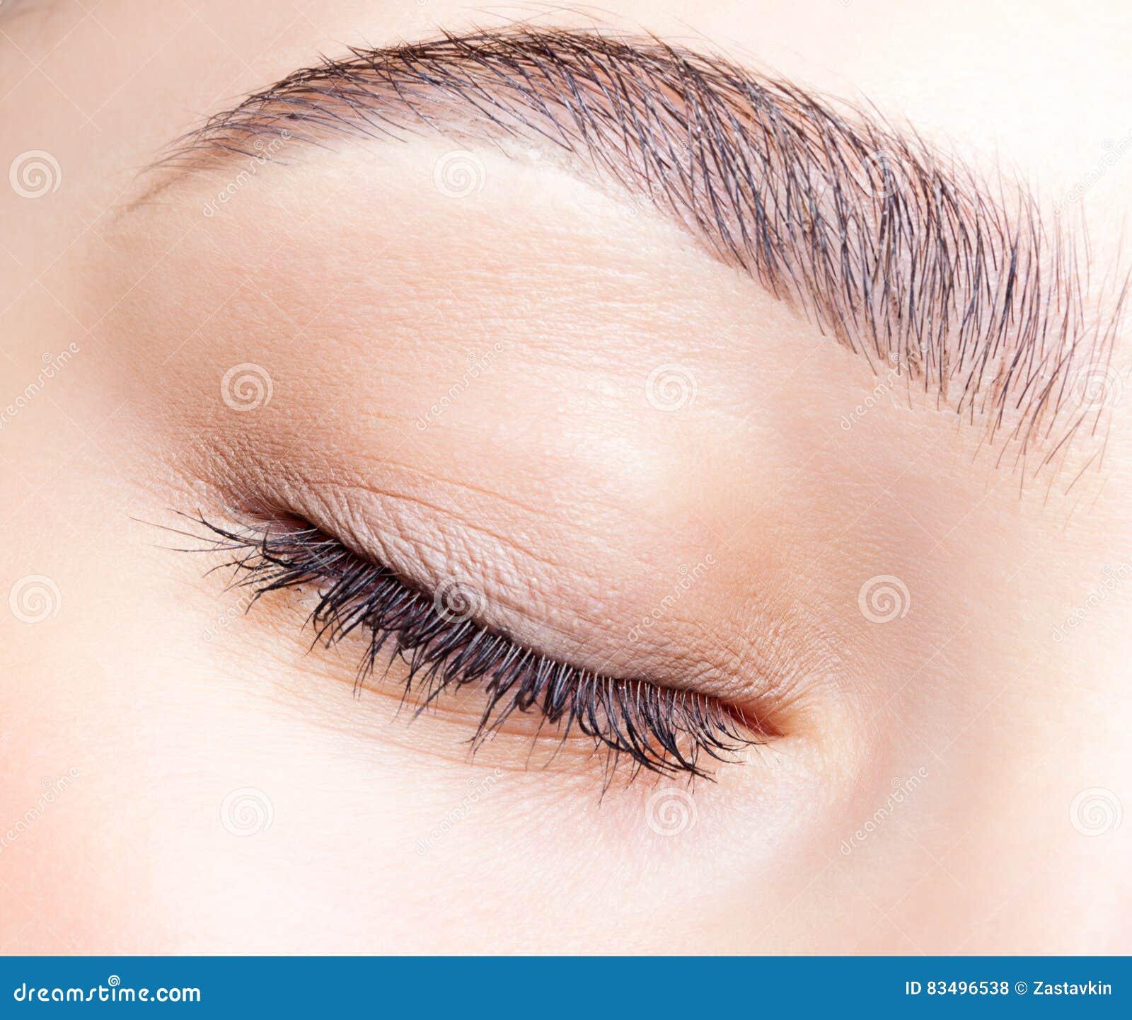 女性闭合的眼睛和眉头有天构成的