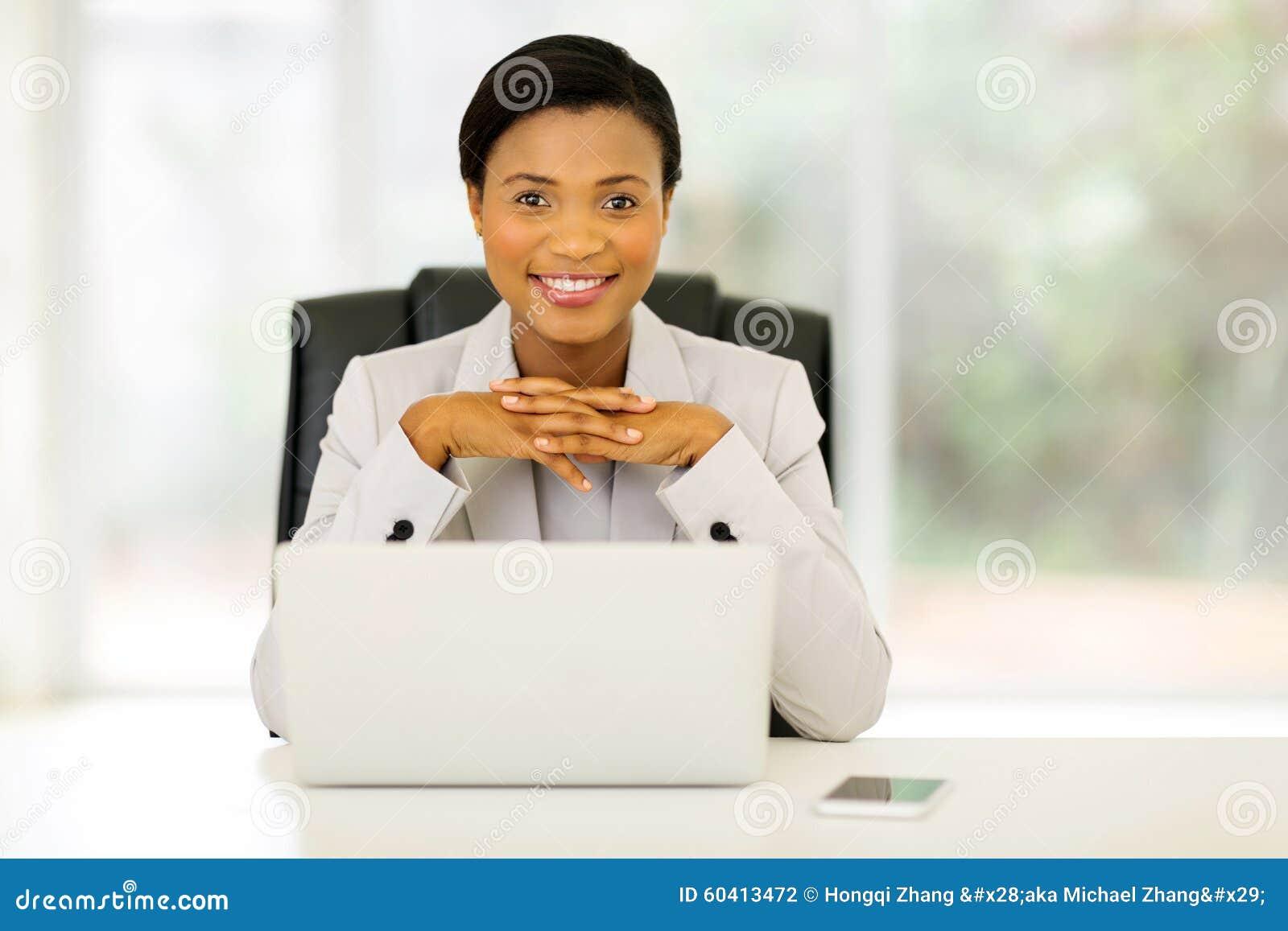 女性非洲办公室工作者
