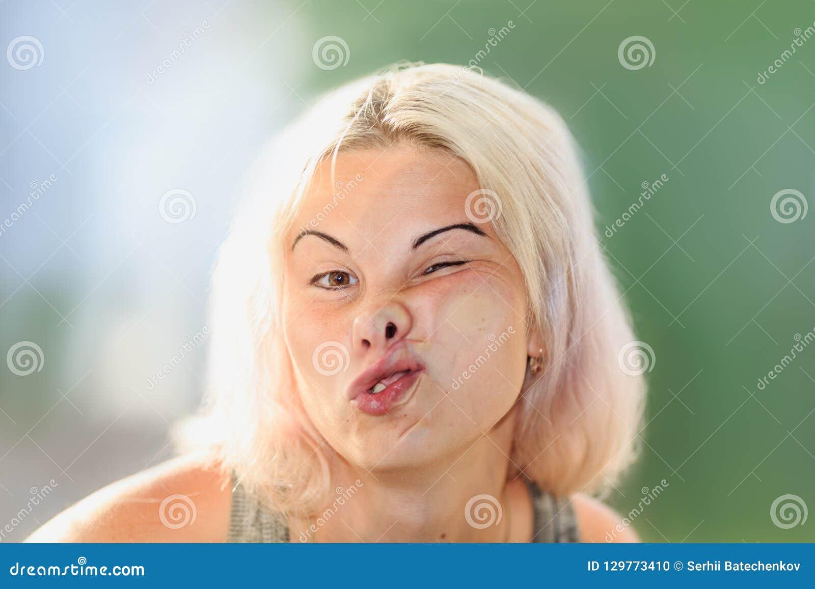 女性面孔被按反对玻璃或窗口