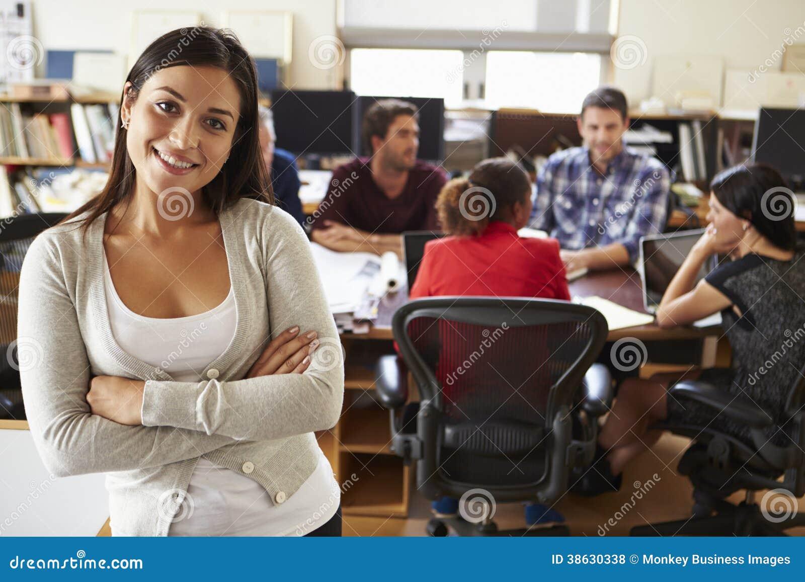 女性建筑师画象有会议的在背景中