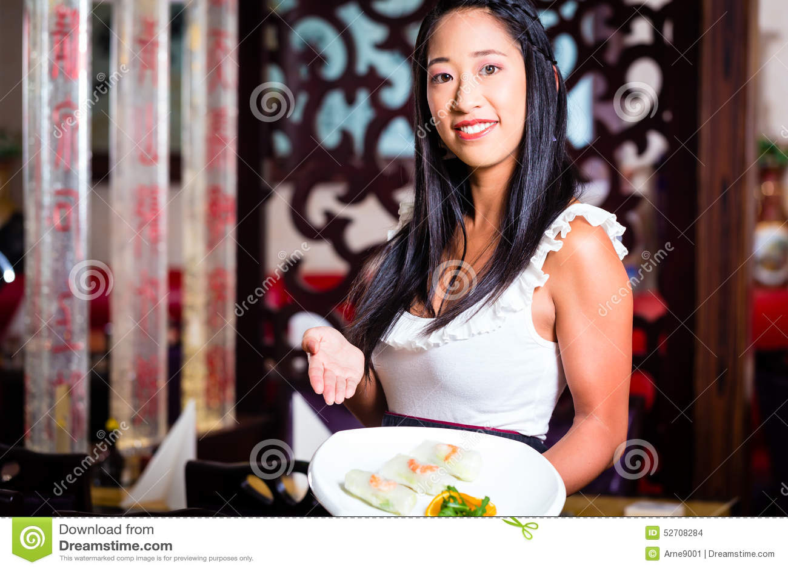 女服务员用寿司在餐馆