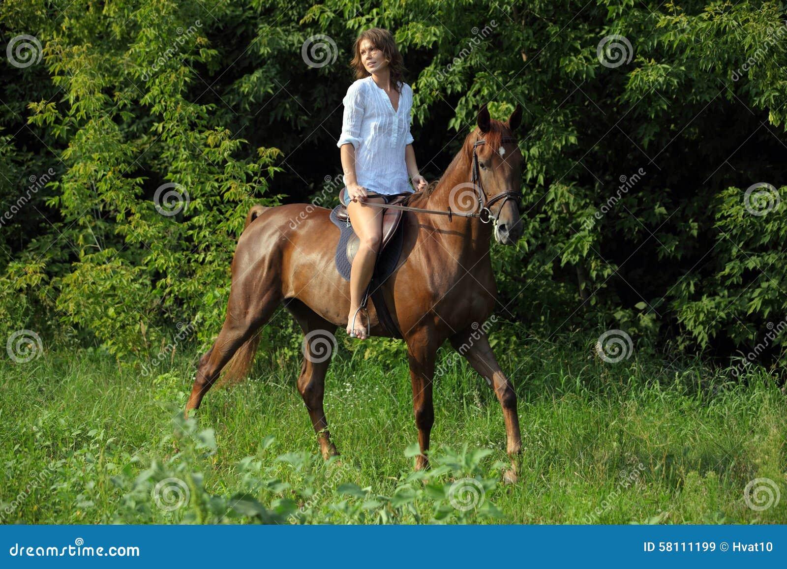 配马女_女牛仔乘驾马在森林