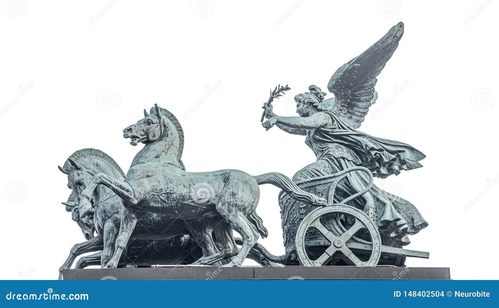 女神胜利,耐克古铜色四马二轮战车雕象,在奥地利议会屋顶在维也纳,奥地利,被隔绝在白色背景