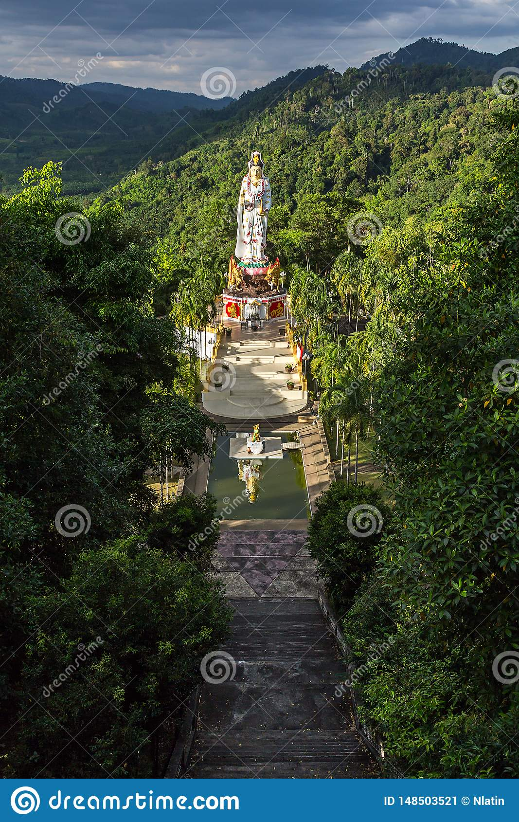 女神观世音菩萨雕象Wat轰隆的Riang在泰国