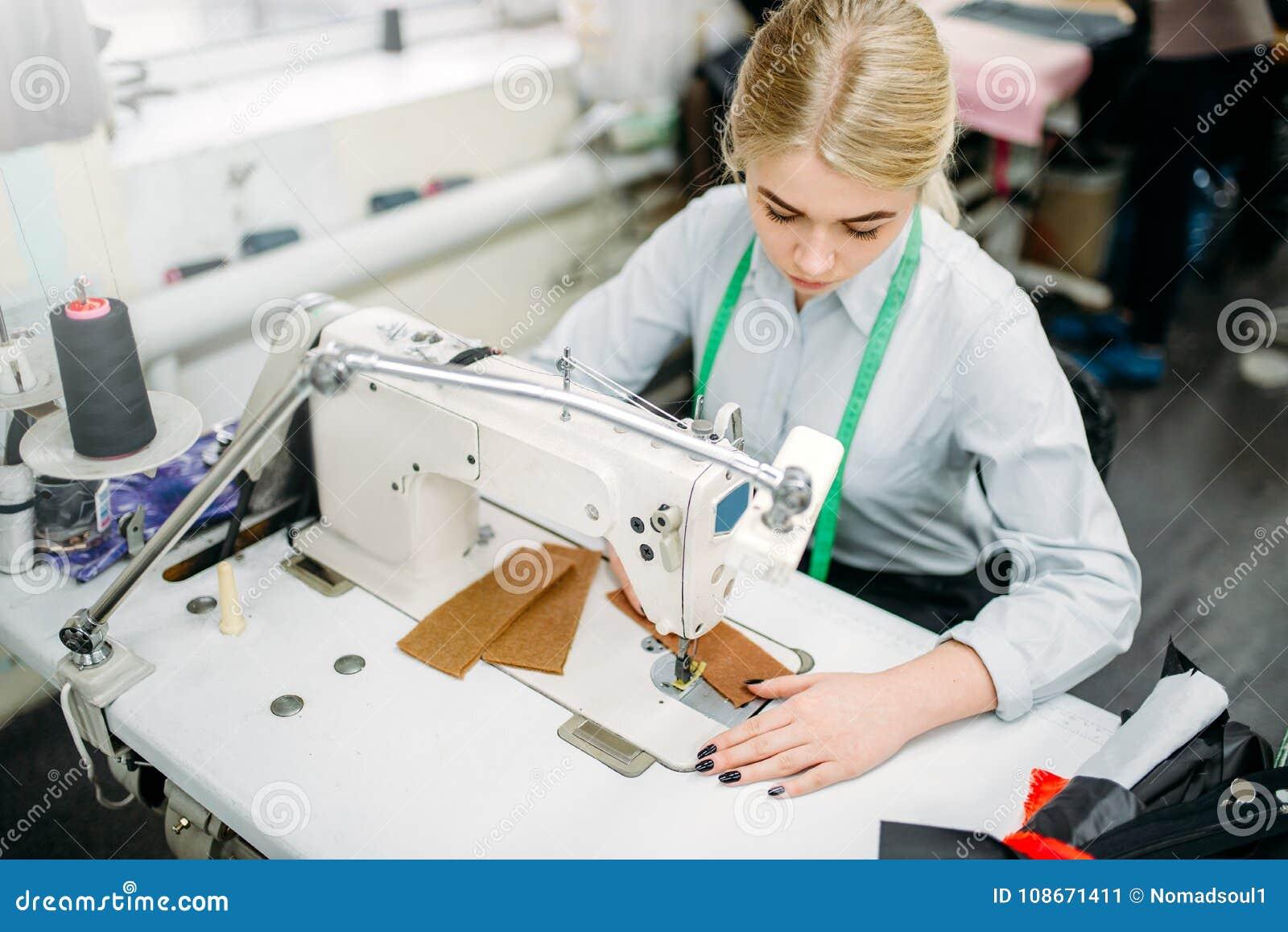 女裁缝缝合在一台缝纫机的织品