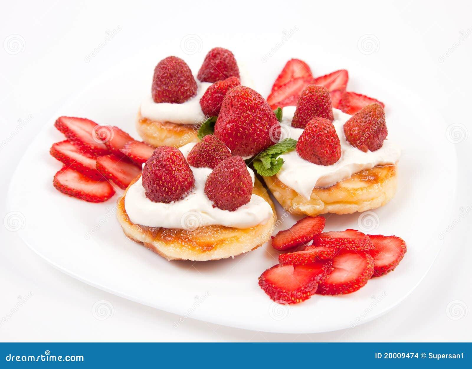 奶油色薄煎饼草莓