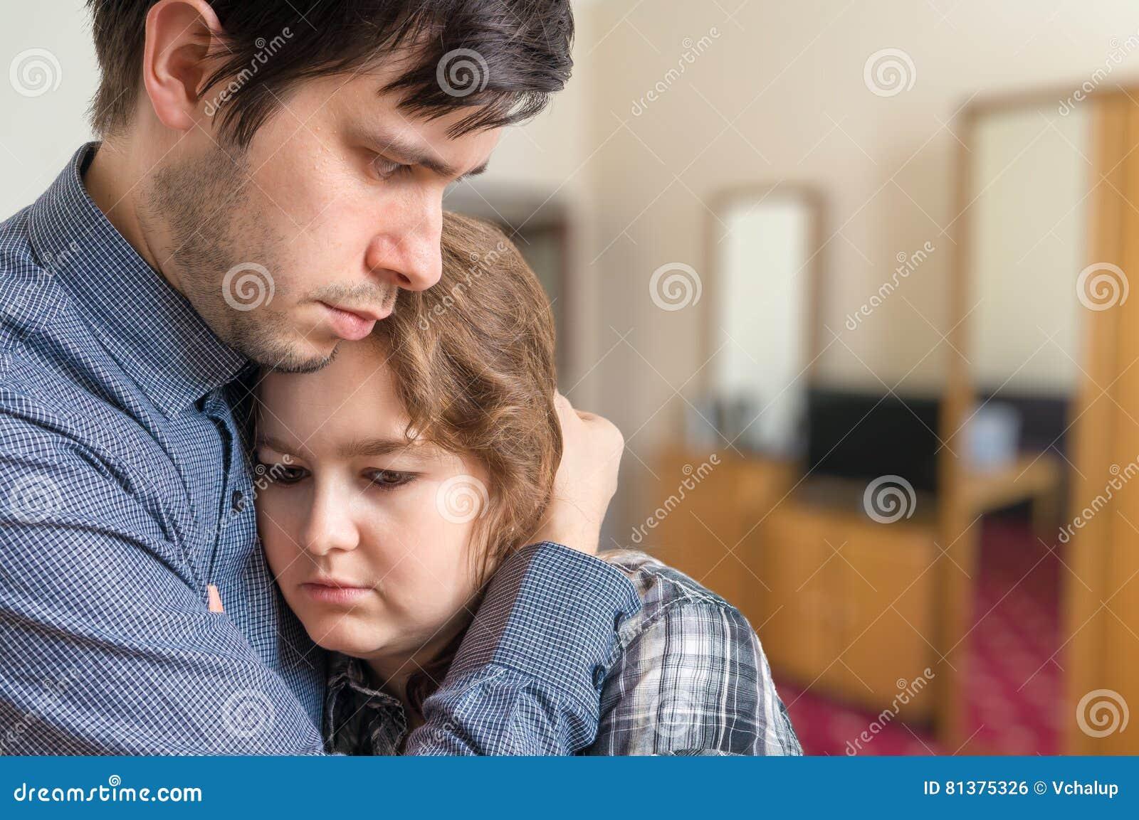 从她的丈夫的哀伤的妇女需要支持 关系困难