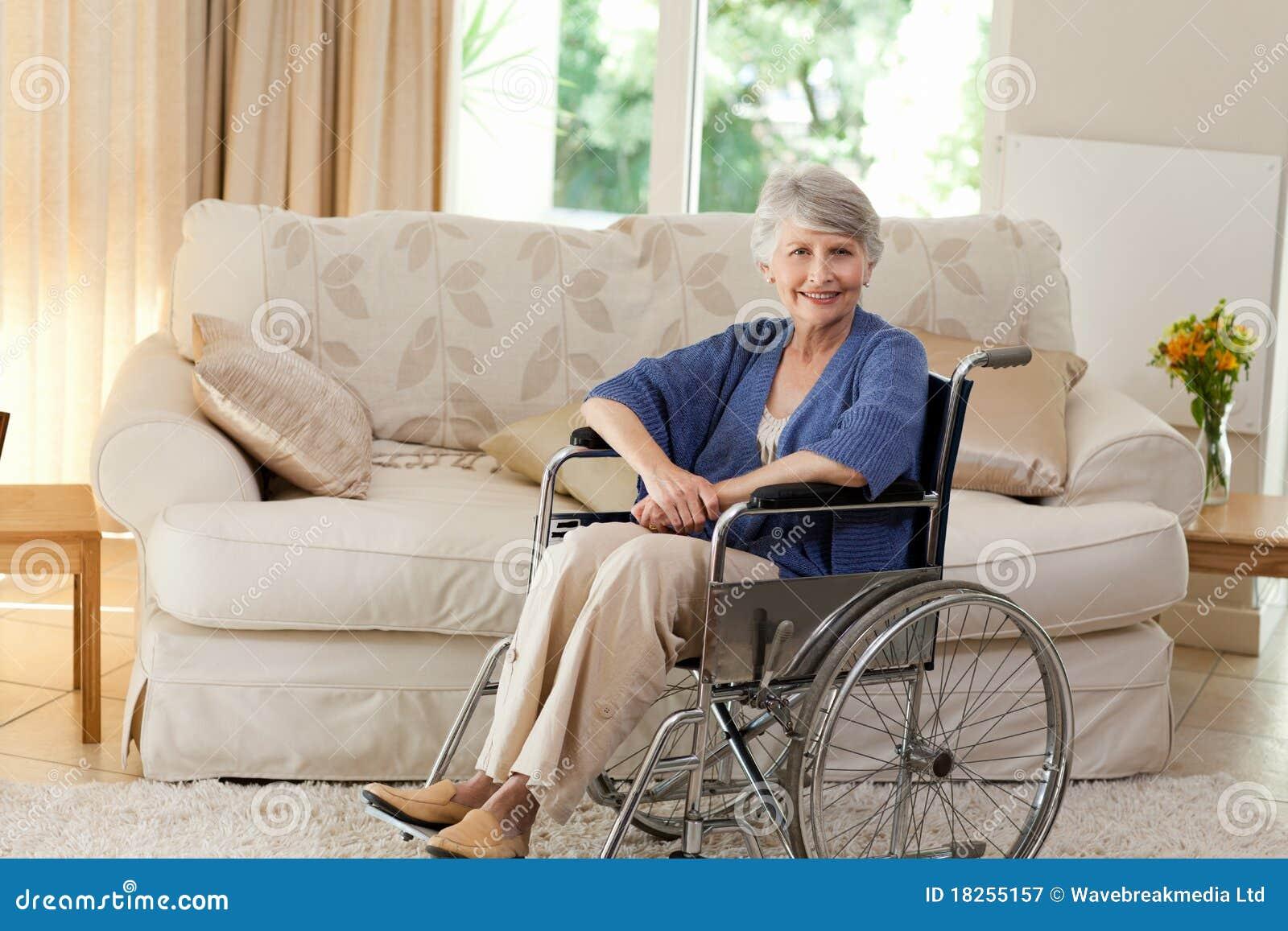她退休了轮椅妇女