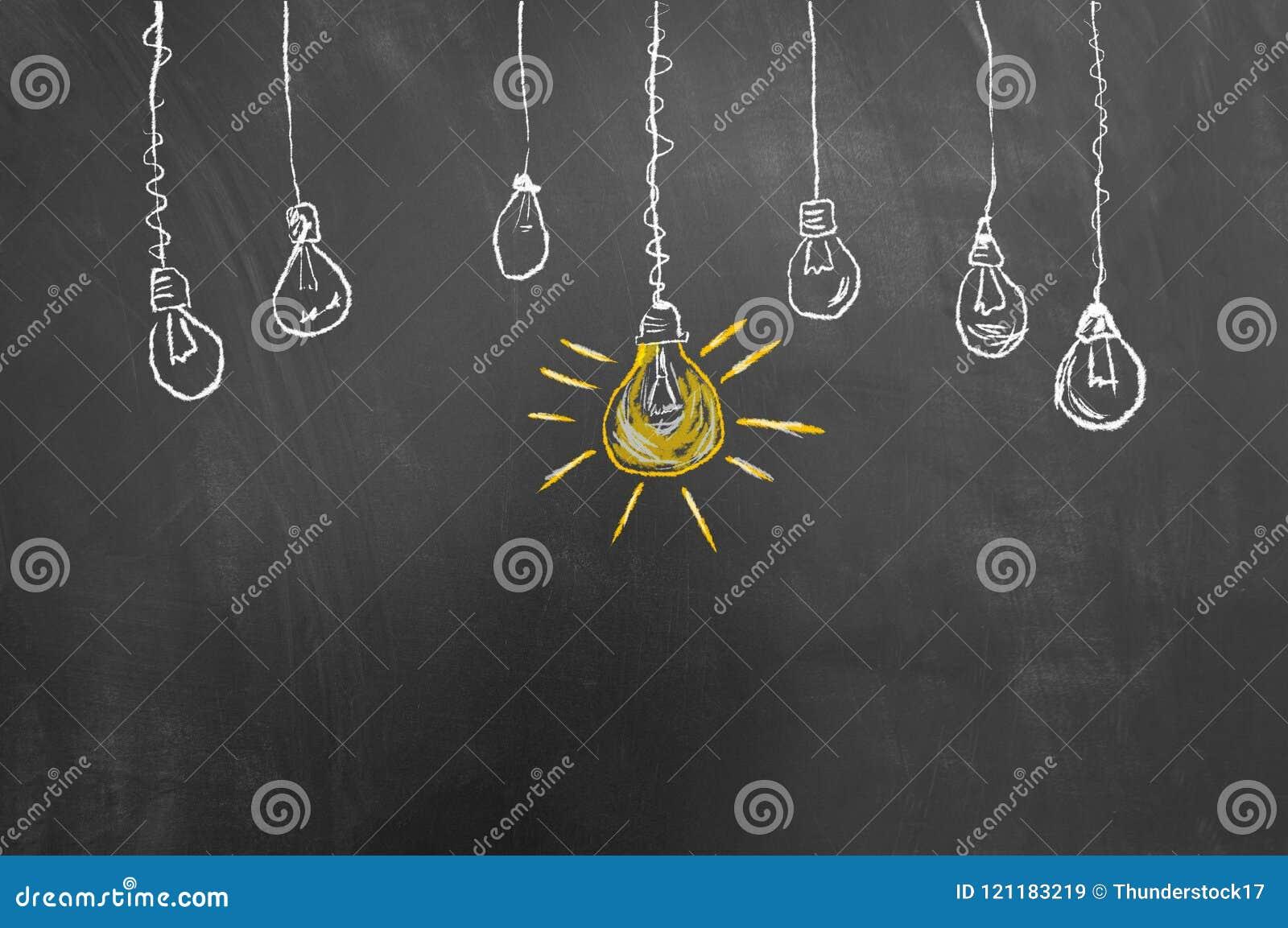 好主意在黑板或黑板的电灯泡图画
