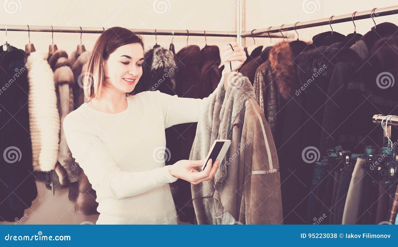 好女性顾客审查的紧身连衫外套
