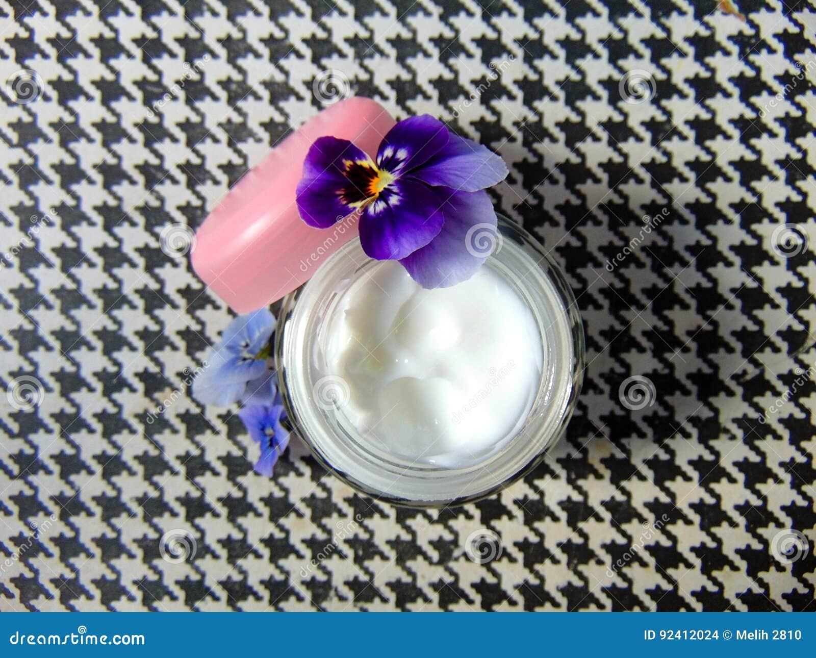 好护肤的面部奶油与紫色花