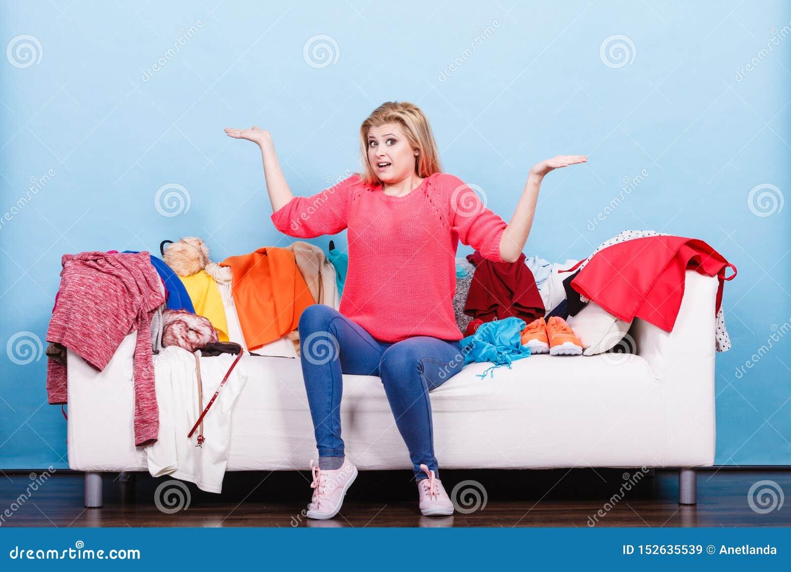 妇女不知道怎样佩带坐长沙发