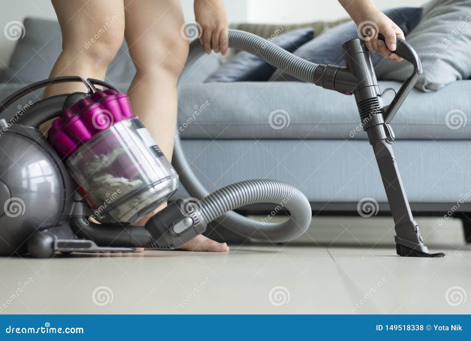 妇女为定期清洁使用vacumming的机器