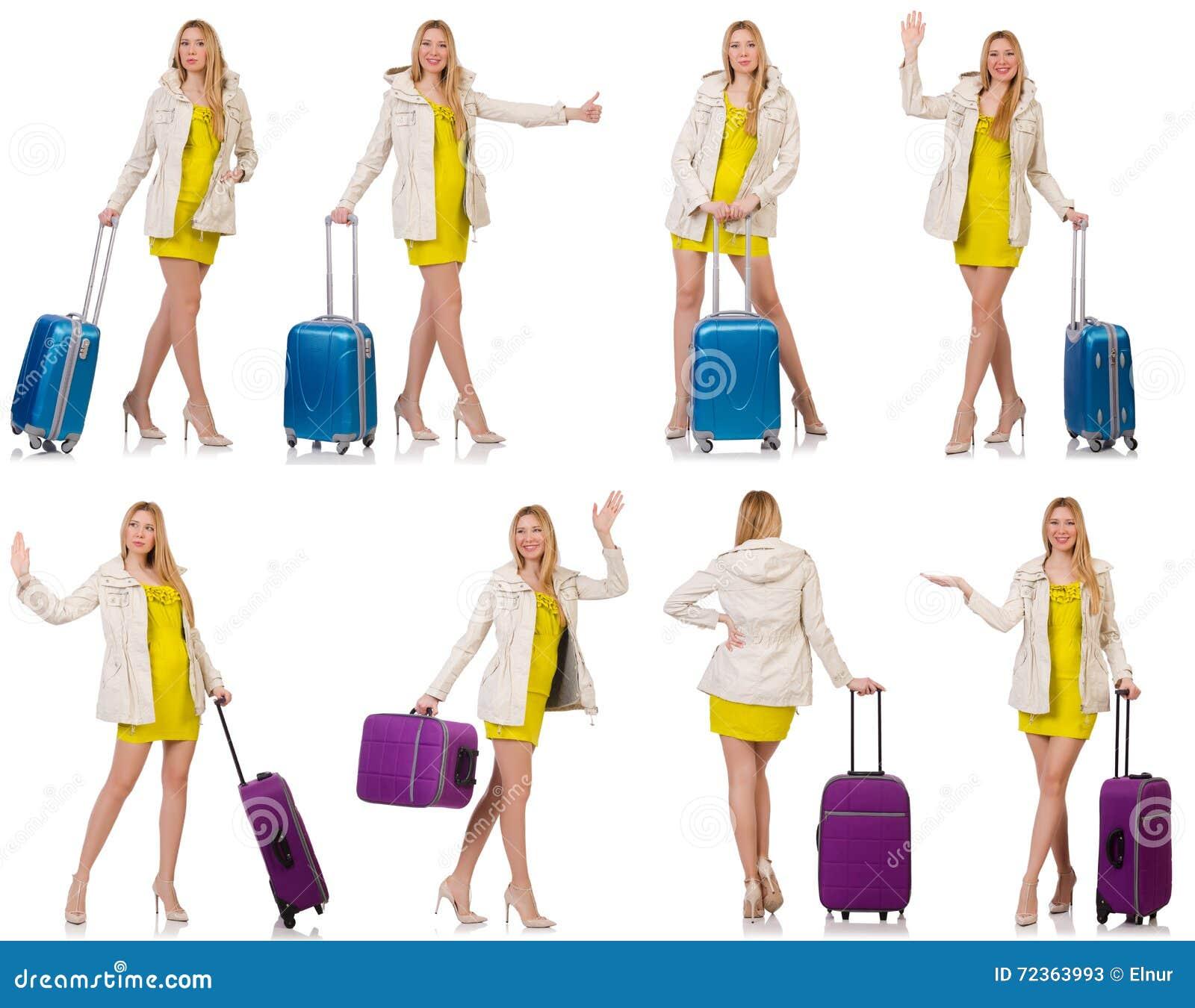 妇女为带着手提箱的假期做准备在白色