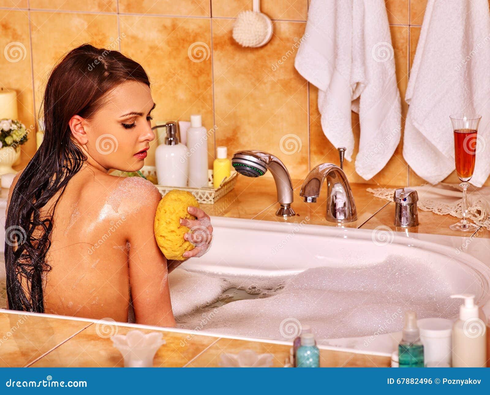 妇女作为泡末浴