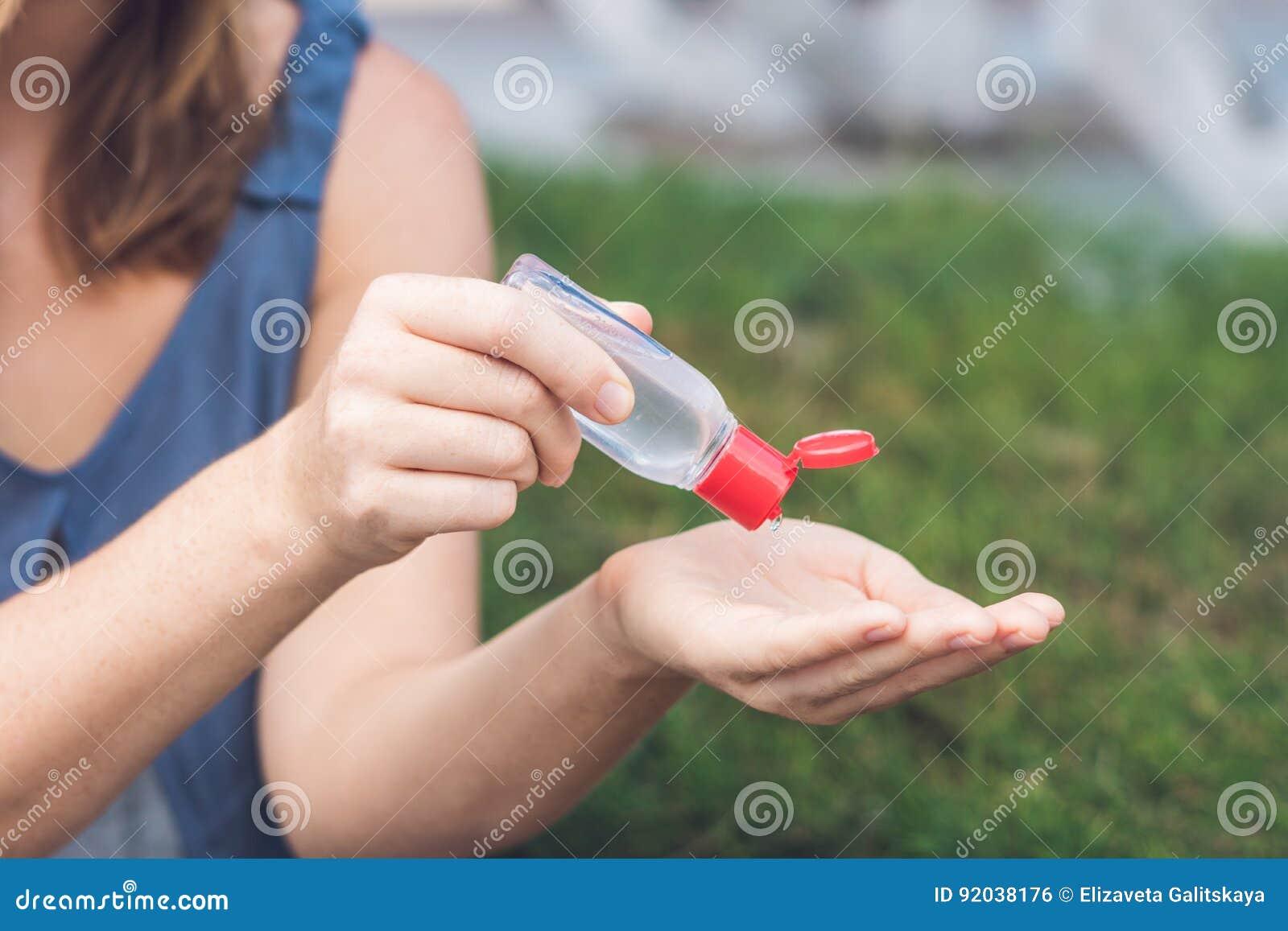 妇女使用洗涤的` s手递消毒剂胶凝体泵浦分配器