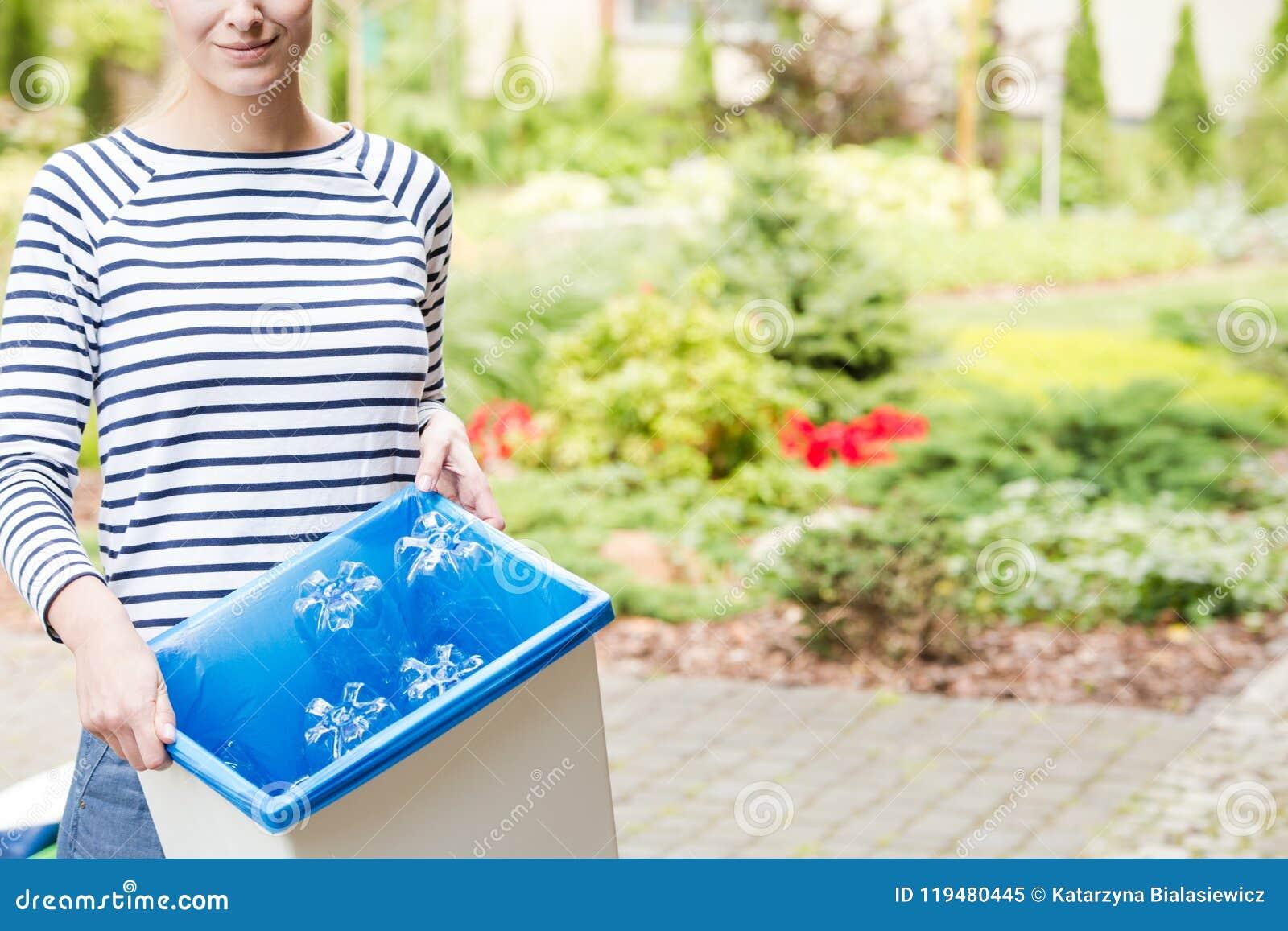 妇女分离垃圾