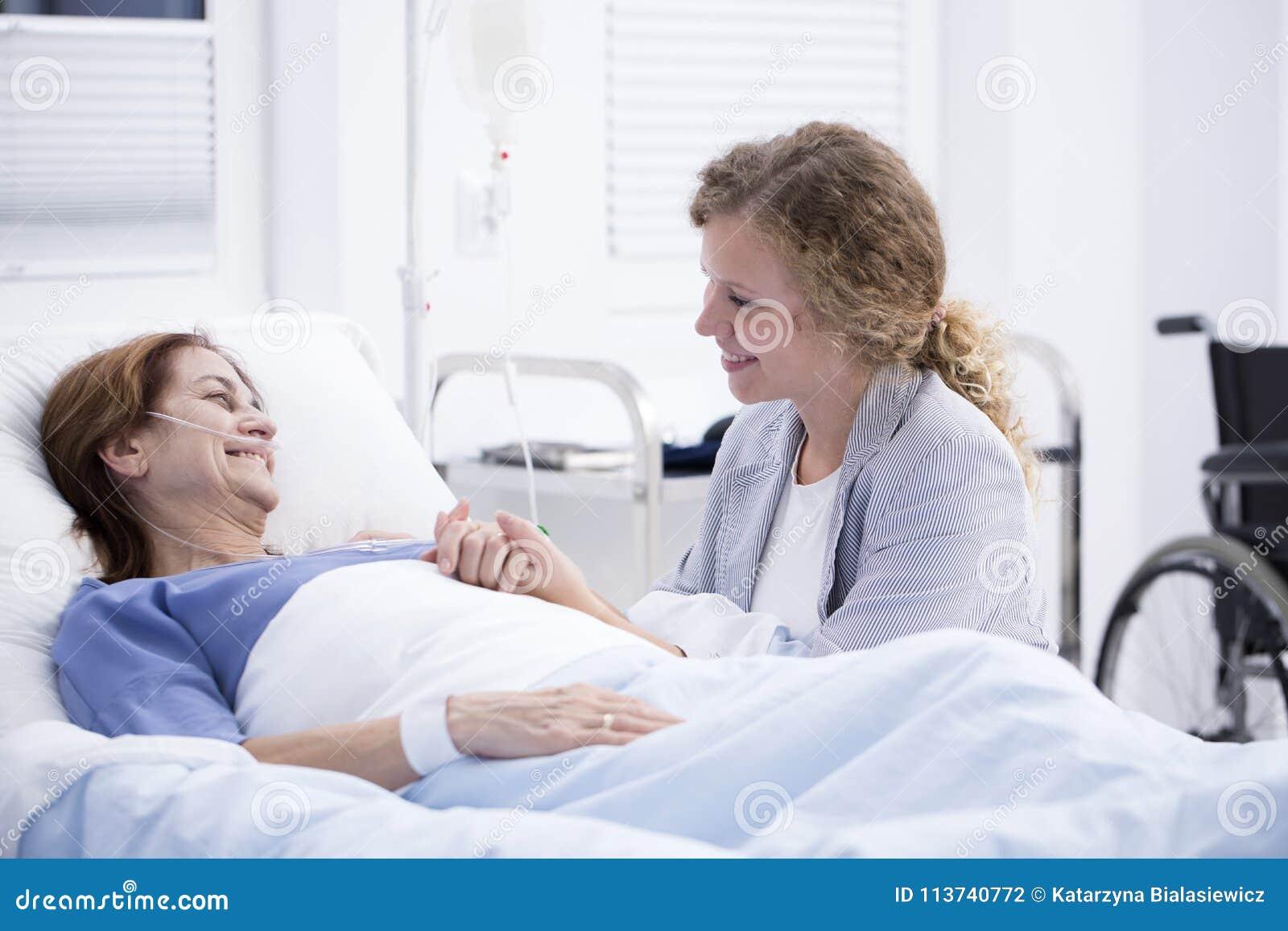 妇女参观的妈咪在医院